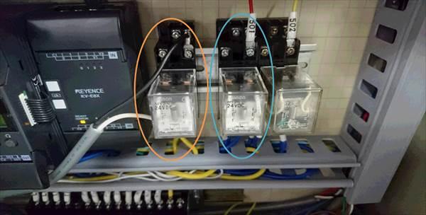 24Vのリレー回路を用いて送信機を接続(オレンジ無線アンドン送信機用、水色がパトライト用)。